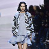 Vestido corto con volantes y kimono de Armani en la Semana de la Moda de Alta Costura de París primavera/verano 2016