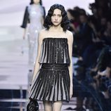 Vestido corto con flecos negros de Armani en la Semana de la Moda de Alta Costura de París primavera/verano 2016