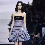 Vestido corto con cuerpo negro y falda violeta de Armani en la Semana de la Moda de Alta Costura de París primavera/verano 2016