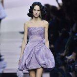 Vestido corto asimétrico violeta de Armani en la Semana de la Moda de Alta Costura de París primavera/verano 2016