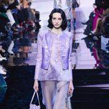 Traje violeta con pantalones campana de Armani en la Semana de la Moda de Alta Costura de París primavera/verano 2016