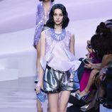 Shorts plateados y blusa violeta de Armani en la Semana de la Moda de Alta Costura de París primavera/verano 2016