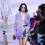 Chaqueta larga violeta con efecto brilli brilli de Armani en la Semana de la Moda de Alta Costura de París primavera/verano 2016