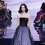 Vestido corte princesa con detalle negro en la falda de Armani en la Semana de la Moda de Alta Costura de París primavera/verano 2016