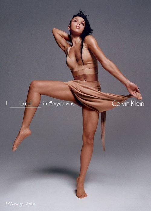 FKA twigs con sujetador deportivo nude de Calvin Klein para la colección primavera/verano 2016