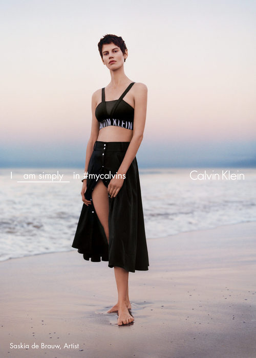 Saskia de Brauw con sujetador deportivo de tirantes cruzados de Calvin Klein para la colección primavera/verano 2016
