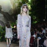 Vestido recto plateado con motivos geométricos de encaje Chantilly de Elie Saab en la Semana de Alta Costura de París primavera/verano 2016