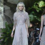 Vestido gris con flecos y encaje Chantilly de Elie Saab en la Semana de Alta Costura de París primavera/verano 2016