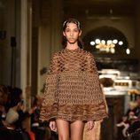 Vestido corto marrón con mangas acampanadas de Valentino en la Semana de la Alta Costura de París primavera/verano 2016