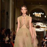Vestido de tul nude con motivos vegetales y accesorios dorados de Valentino en la Semana de la Alta Costura de París primavera/verano 2016
