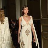 Vestido blanco de tirantes y escotado con detalles dorados de Valentino en la Semana de la Alta Costura de París primavera/verano 2016