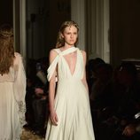 Vestido blanco de corte princesa con estampado de mariposa de Valentino en la Semana de la Alta Costura de París primavera/verano 2016