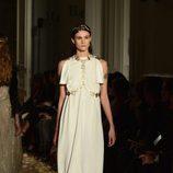 Vestido blanco con mangas abiertas y detalles dorados de Valentino en la Semana de la Alta Costura de París primavera/verano 2016