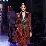 Blazer largo con tachas y pantalones de seda de Jean Paul Gaultier en la Semana de la Alta Costura de París presentando la temporada primavera/verano 2016