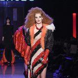 Vestido asimétrico de lentejuelas con chaqueta bomber con forro de pelo de Jean Paul Gaultier en la Semana de la Alta Costura de París presentando la tempo