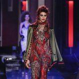 Vestido de tul rojo con estampado vegetal con chaqueta de terciopelo de Jean Paul Gaultier en la Semana de la Alta Costura de París presentando la temporad