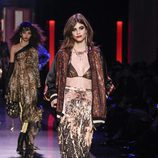 Falda con estampado abstracto, bikini de lúrex y bomber efecto brilli brilli de Jean Paul Gaultier en la Semana de la Alta Costura de París presentando la