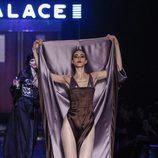 Conjunto psicodélico de seda efecto body de Jean Paul Gaultier en la Semana de la Alta Costura de París presentando la temporada primavera/verano 2016