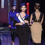Falda y americana negra con líneas y casquete azul eléctrico de Jean Paul Gaultier en la Semana de la Alta Costura de París presentando la temporada primav