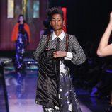 Taje de estampado abstracto con corbata y tirantes de strass de Jean Paul Gaultier en la Semana de la