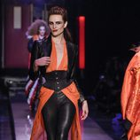 Abrigo con fajín y leggins de cuero y blusa maxi larga de Jean Paul Gaultier en la Semana de la Alta Costura de París presentando la temporada primavera/ve