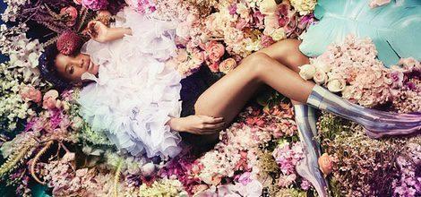 Willow Smith con jersey de capas superpuestas y rodeada de escenario floral para Stance Socks