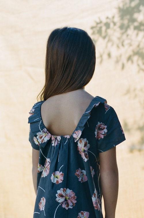 Detalle vestido midi en azul marino con estampado floral de Nice Things Mini