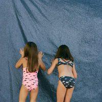 Bañador rosa y bikini azul marino con estampado de dibujos de ballenas de Nice Things Mini