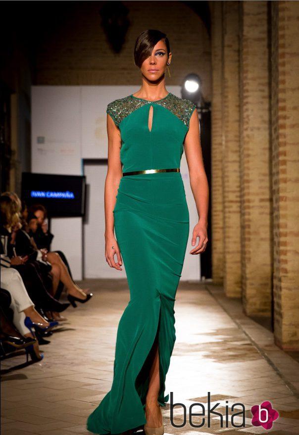 Vestido verde esmeralda con detalles de strass en los hombros y cinturón dorado de Iván Campaña