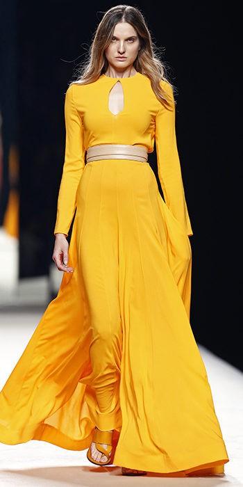 Vestido amarillo falda plisada con abertura en el pecho de Juanjo Oliva