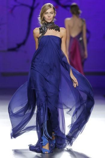 Vestido de gasa con vuelo y palabra de honor en azul de Ulises Mérida