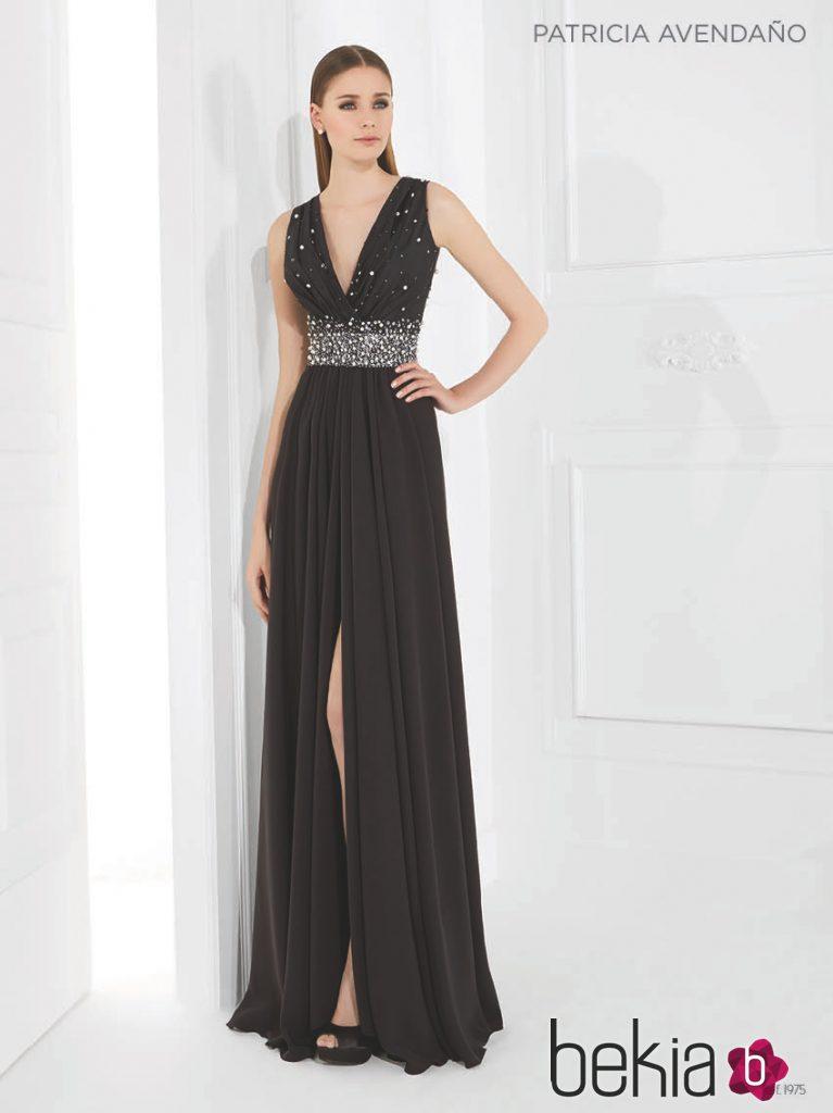 Vestido negro con cristales engarzados con falda plisada de Patricia Avedaño