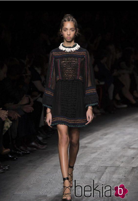 Vestido corto negro de manga larga en estilo étinico de Valentino