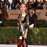 Alicia Vikander con un vestido brillante en los SAG 2016