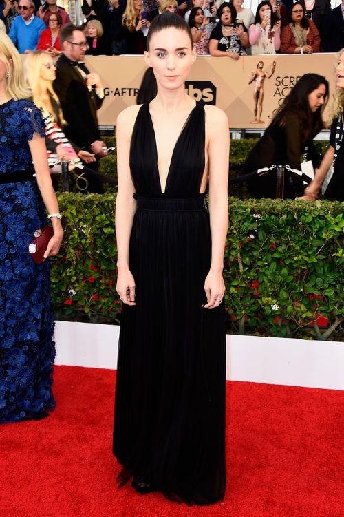 Rooney Mara con un sencillo vestido negro en los SAG 2016