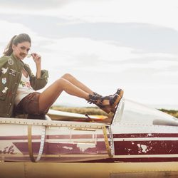 Lucía Rivera Romero con shorts marrones y chaqueta militar de la primavera/verano 2016 de Highly Preppy
