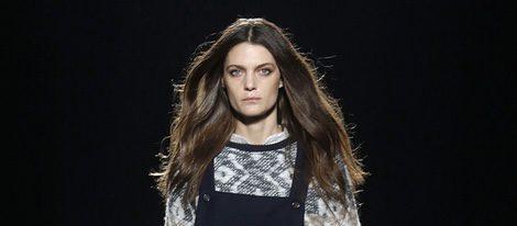 Marina Pérez desfilando con la colección otoño/invierno 2016/2017 de Sita Murt en 080 Barcelona Fashion
