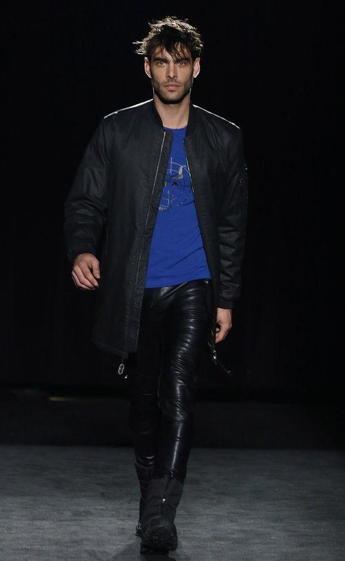 Jon Kortajarena con pantalón de cuero de la colección otoño/invierno 2016/2017 de Punto Blanco en 080 Barcelona Fashion