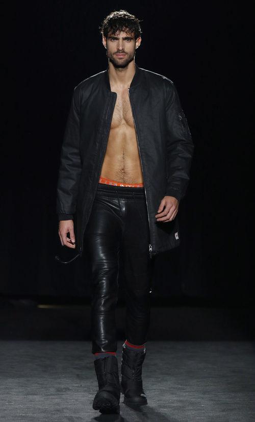 Juan Betancourt desfilando con la colección otoño/invierno 2016/2017 de Punto Blanco en 080 Barcelona Fashion
