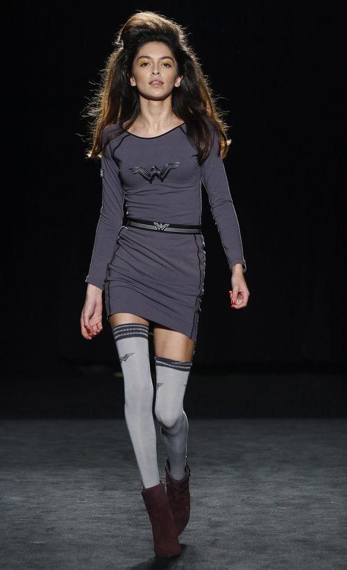 Lucía Rivera con un vestido gris desfilando con la colección otoño/invierno 2016/2017 de Punto Blanco en 080 Barcelona Fashion