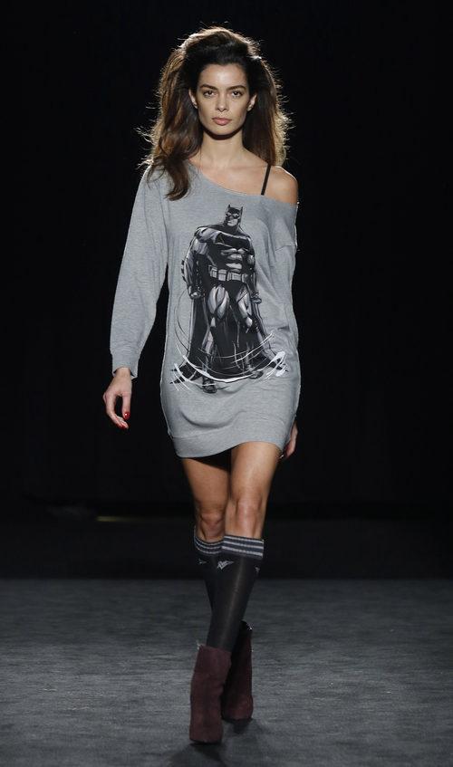 Joana Sanz con jersey gris de la colección otoño/invierno 2016/2017 de Punto Blanco en 080 Barcelona Fashion