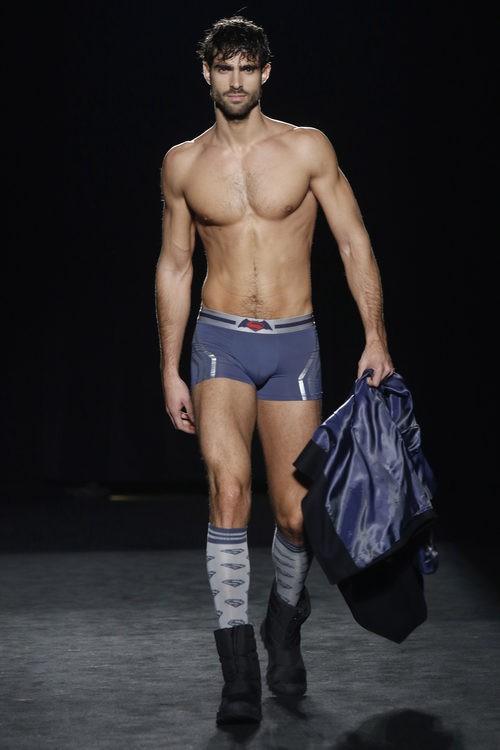 Juan Betancourt con calzoncillos de la colección otoño/invierno 2016/2017 de Punto Blanco en 080 Barcelona Fashion