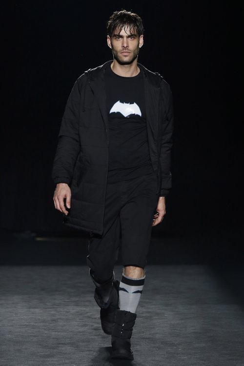 Jon Kortajarena desfilando con la colección otoño/invierno 2016/2017 de Punto Blanco en 080 Barcelona Fashion