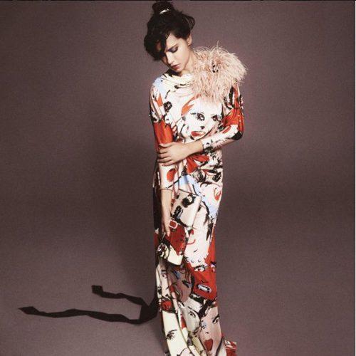 Adriana Lima estilo geisha con estampado de caras y plumas de Marc Jacobs