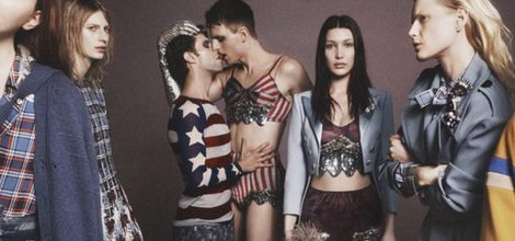 Bella Hadid con conjunto circense de chaqueta corta de seda de Marc Jacobs