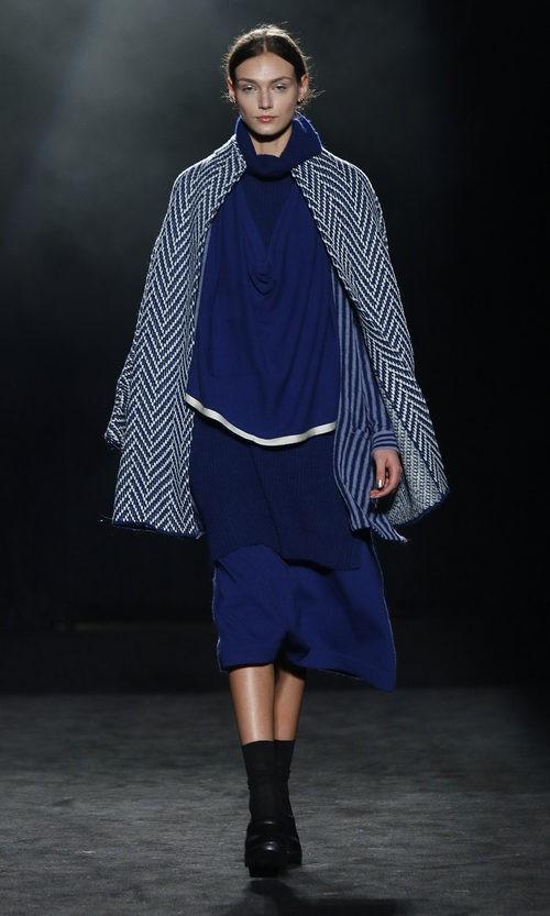 Vestido holgado y capa con estampado geométrico de Yerse en la 080 Barcelona otoño/invierno 2016/2017