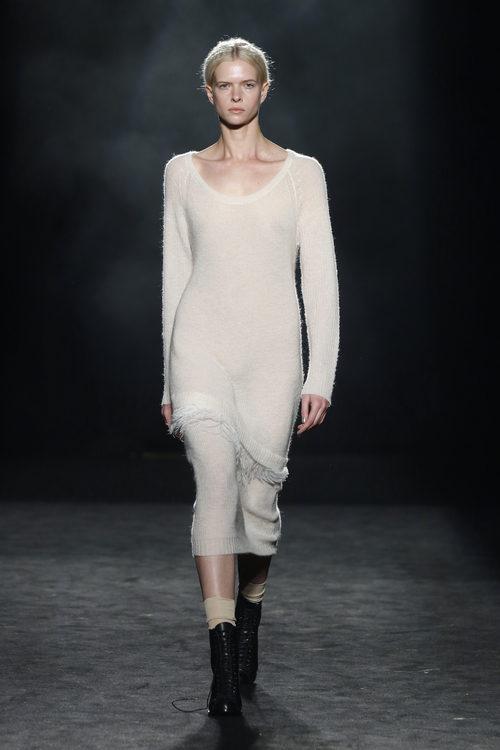 Vestido recto de lana con detalle de flecos de Yerse en la 080 Barcelona otoño/invierno 2016/2017