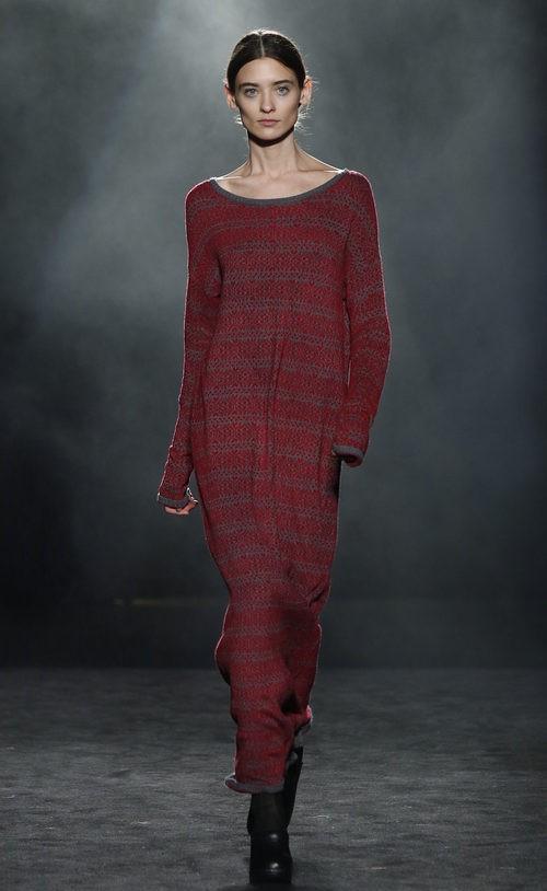 Vestido rojo con estampado gris de Yerse en la 080 Barcelona otoño/invierno 2016/2017