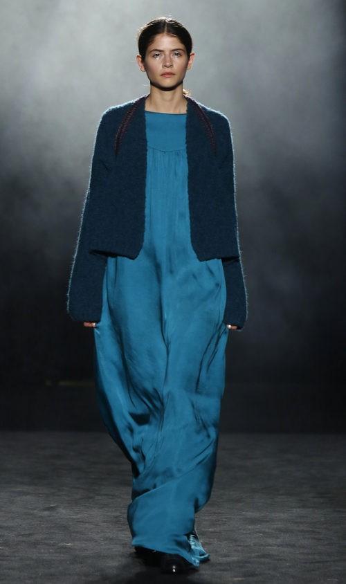 Vestido azul holgado con chaqueta de lana de Yerse en la 080 Barcelona otoño/invierno 2016/2017