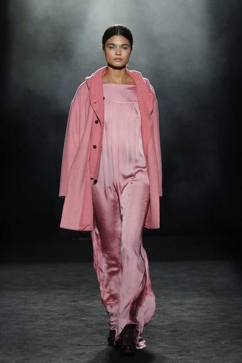 Conjunto rosa con vestido plisado y abrigo de estilo masculino de Yerse en la 080 Barcelona otoño/invierno 2016/2017